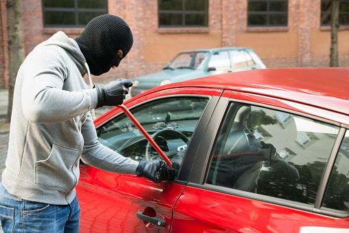 ochrana vozidla, zabezpečiť auto proti krádeži, zlodej áut, páčenie dverí, červené auto