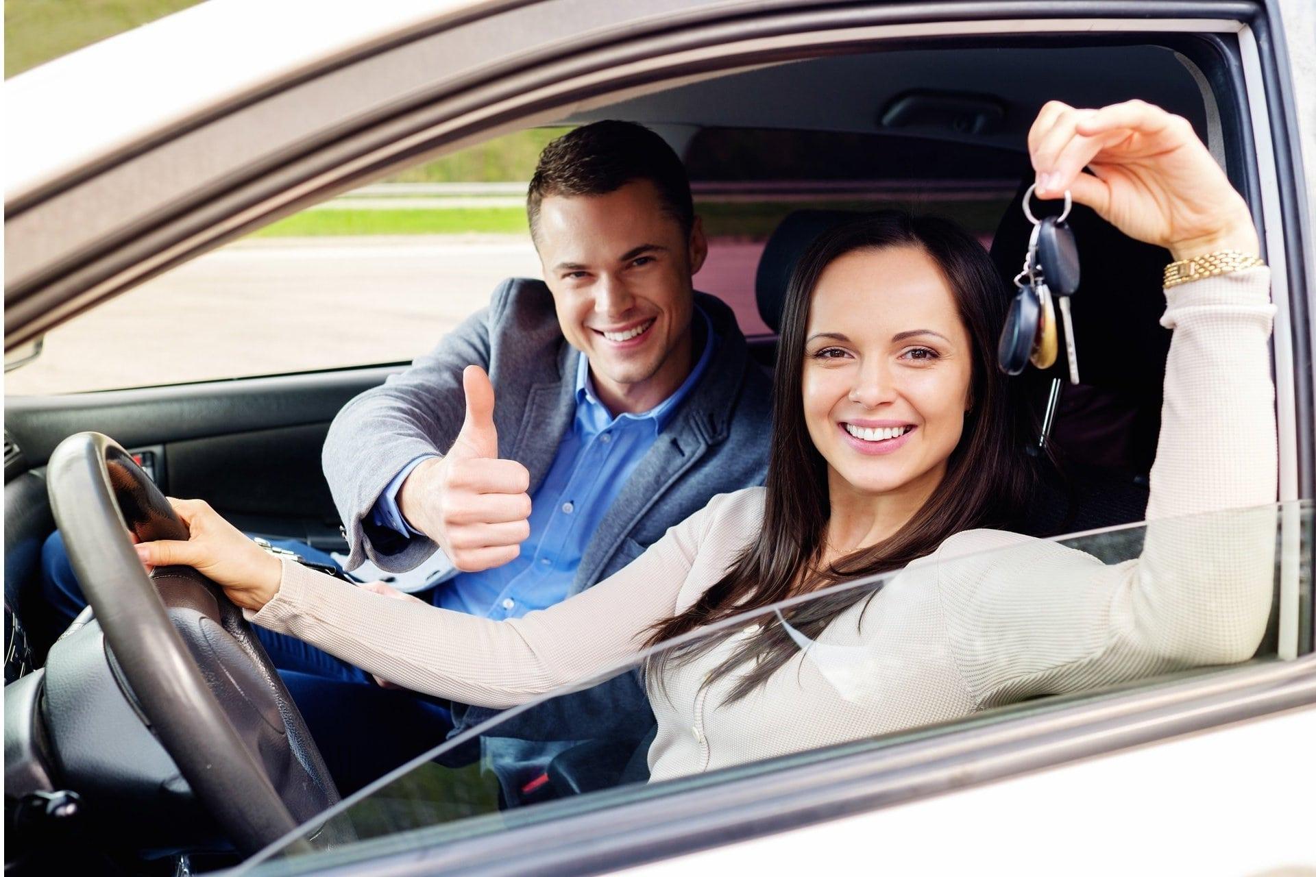 kúpa vozidla, ľudia v aute, nové vozidlo, auto na splátky, úver na auto, lízing auta