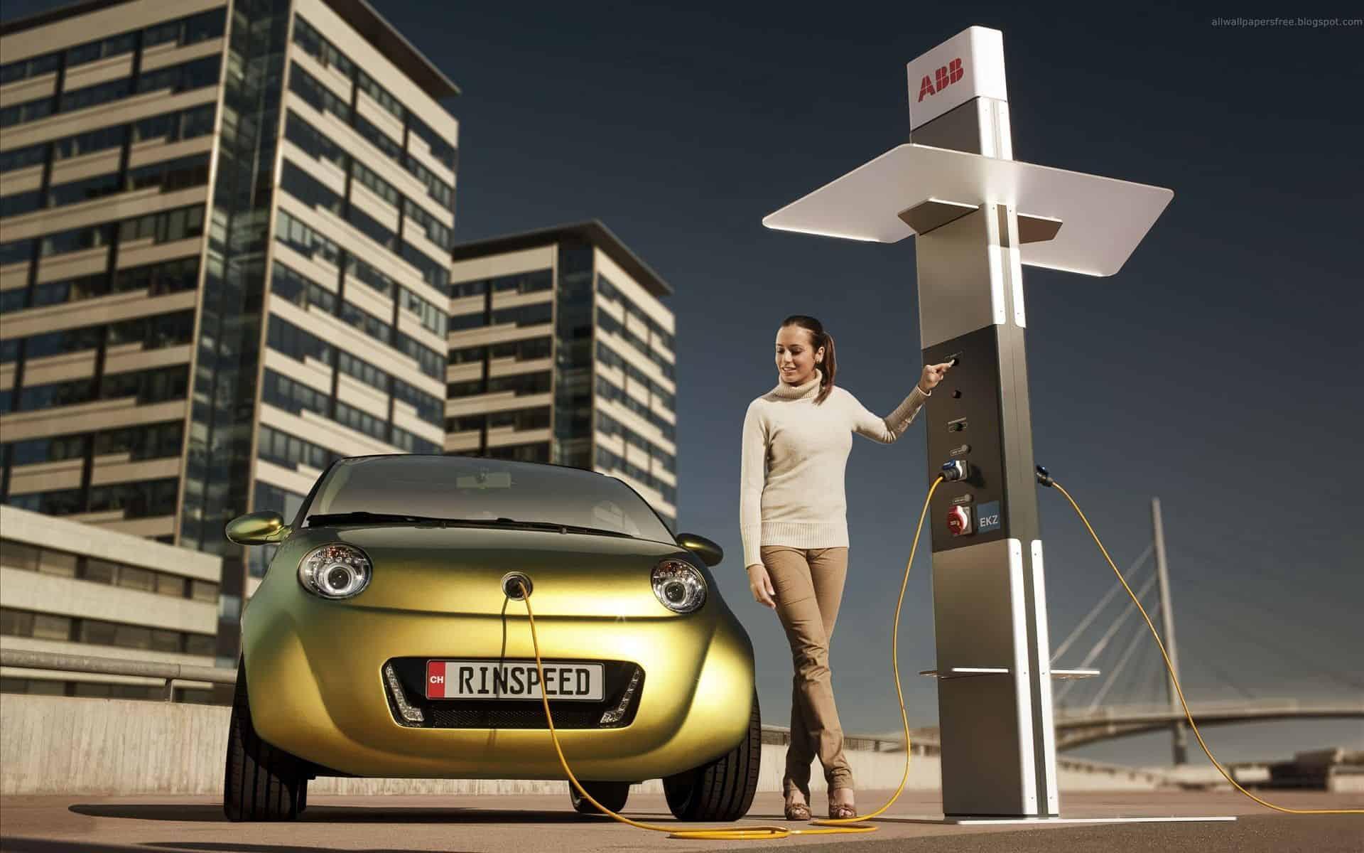 budúcnosť elektromobilov, nabíjacia stanica, žena, žlté auto, elektromobil