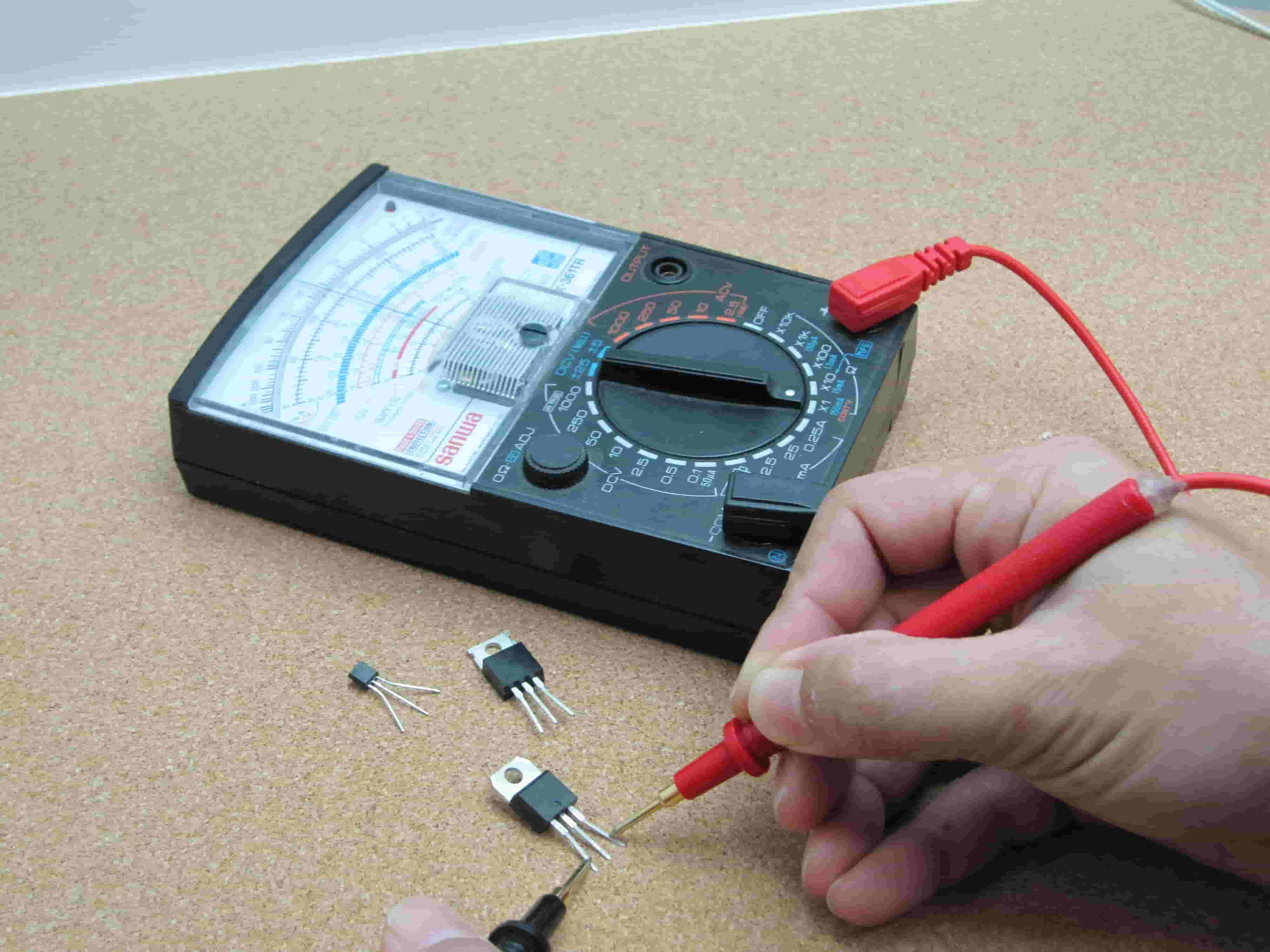 multimeter, kontrola autobatérie, batéria v aute