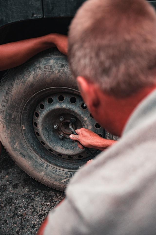 oprava pneumatiky, výmena pneumatiky, defekt