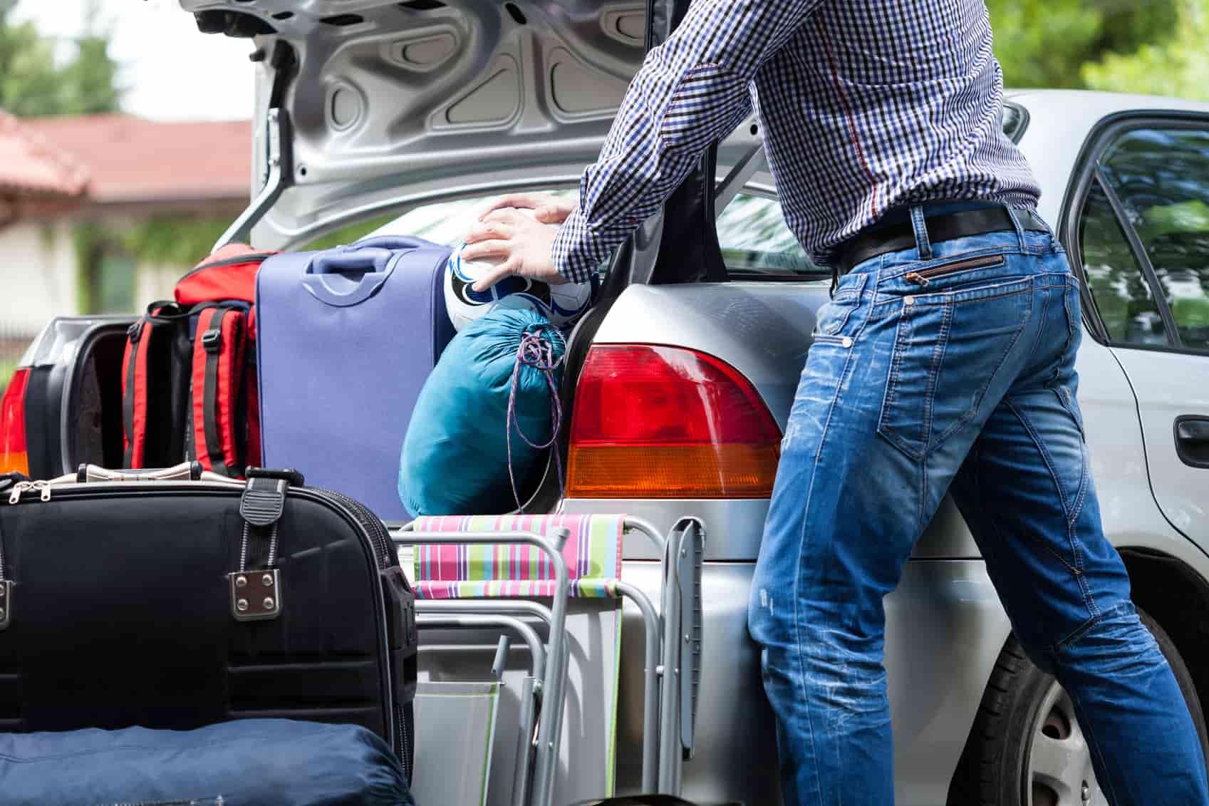 zníženie spotreby vozidla, ako ušetriť palivo, kufor, auto, muž